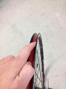 Fahrradschlauch wechseln und Felge kontrollieren