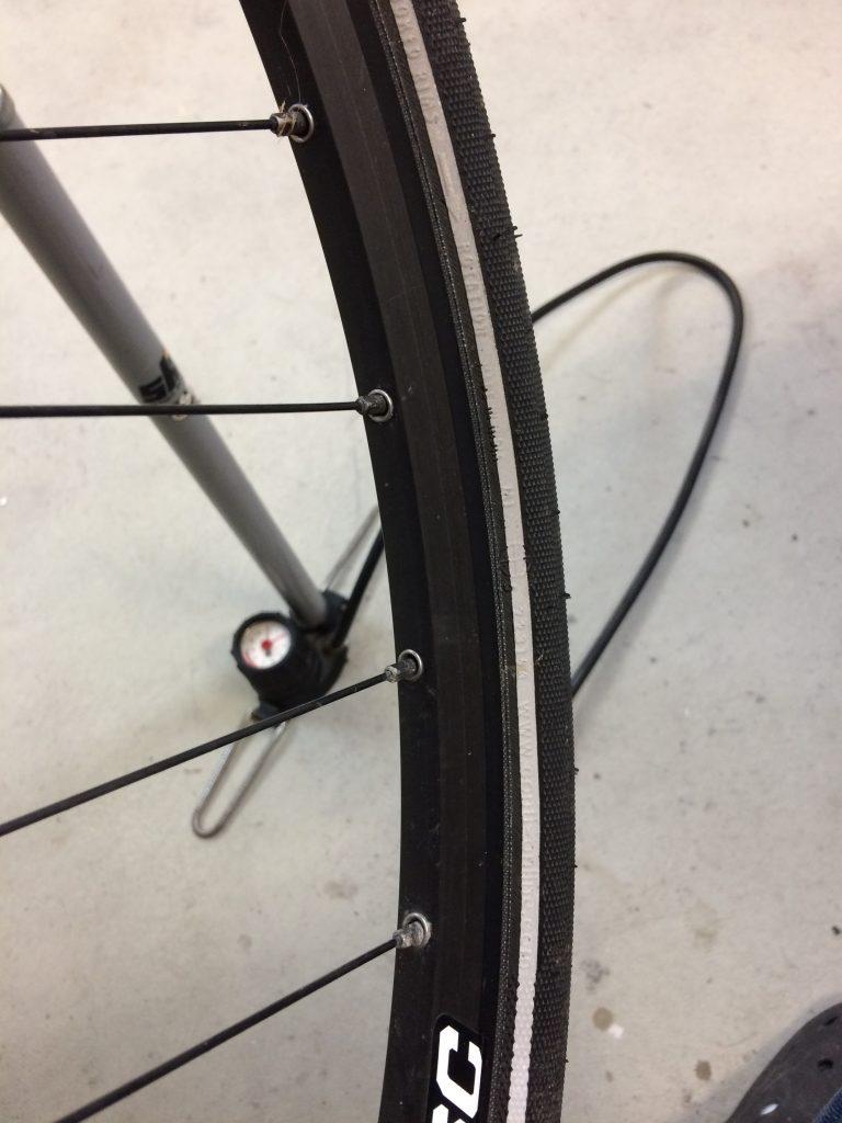Mantel aufziehen bei Fahrradschlauch wechseln