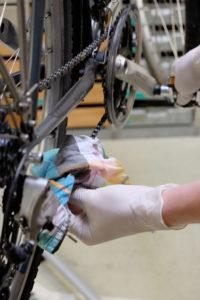 Fahrradkette reinigen mit einem Tuch